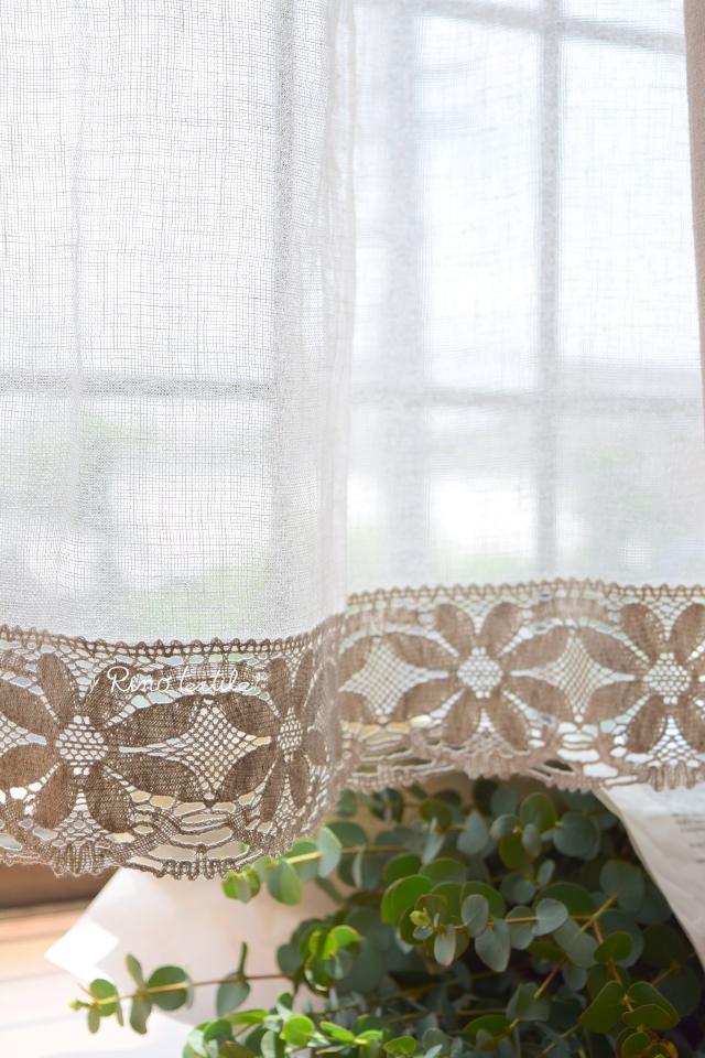 カフェカーテンの裾には8枚の花びらボビンレース付き