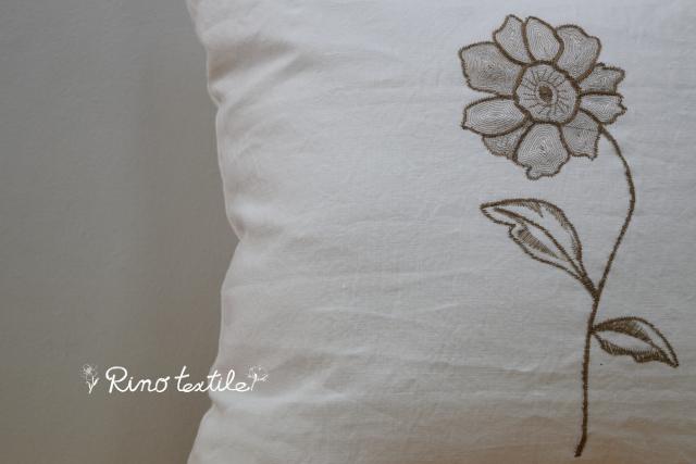 リノルージュ ホワイト刺繍入りクッション